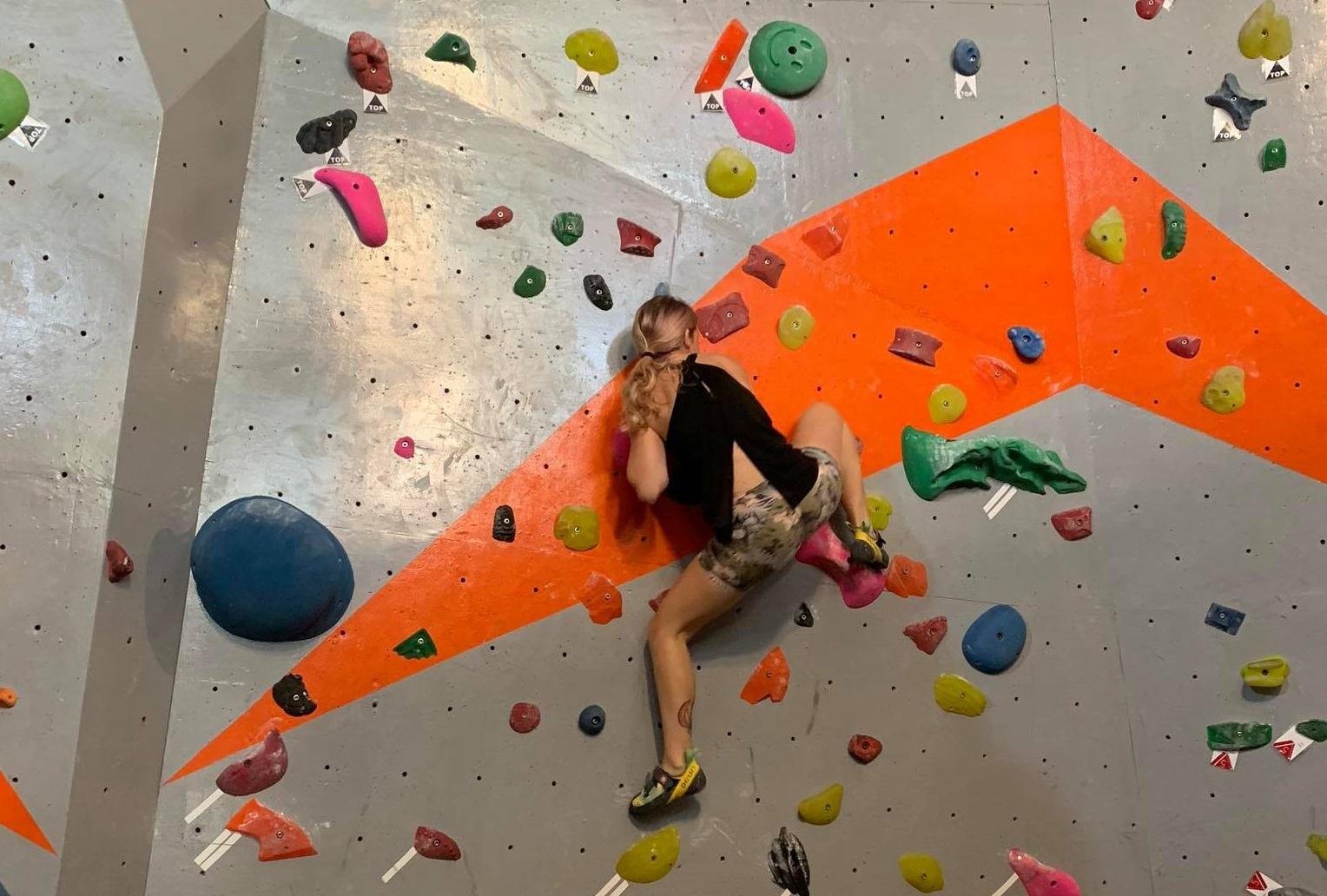 Các bạn trẻ quốc tế cũng thường ghé tới Vietclimb để leo núi