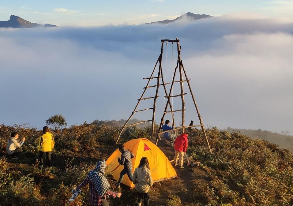 Dựng lều trại ở lán nghỉ 2100m