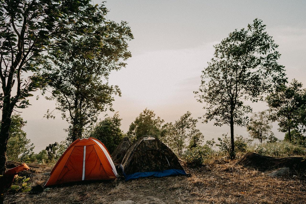 Dựng lều cắm trại trên đỉnh núi
