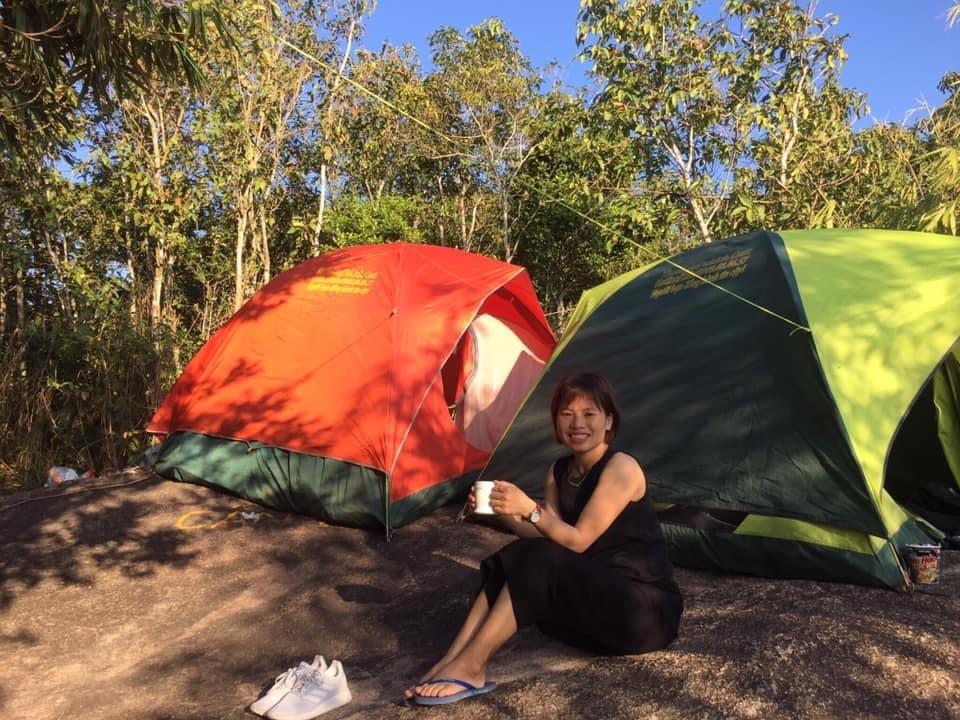 Dựng lều trại trên đỉnh núi