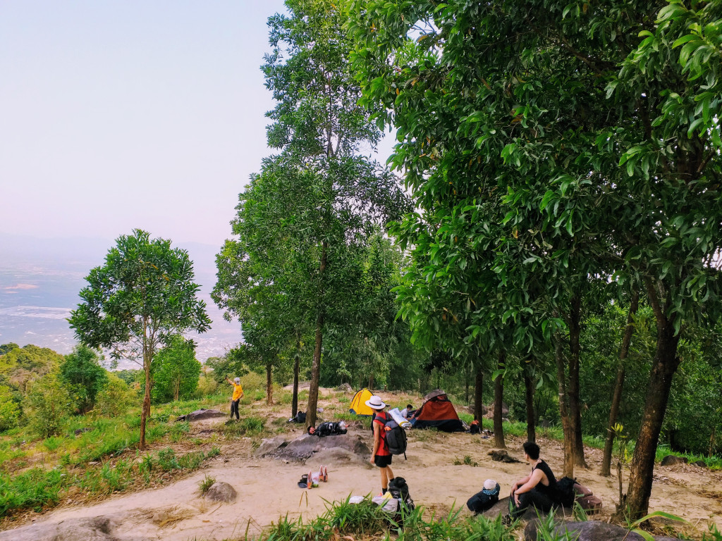 Có rất đông các bạn trẻ lựa chọn núi Chứa Chan làm điểm dừng chân