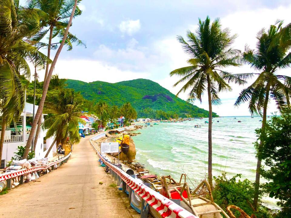 Tắm biển ở bãi Hòn Sơn