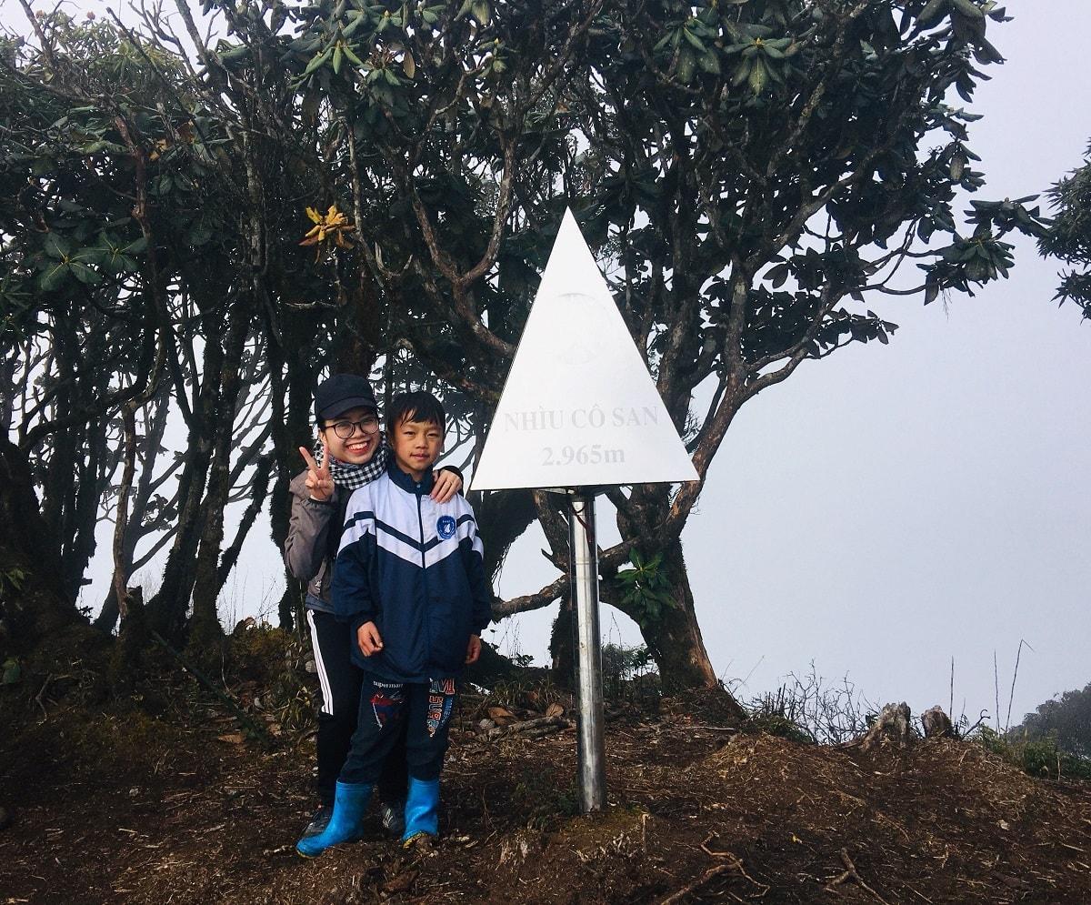 Cột mốc đỉnh núi Nhìu Cồ San