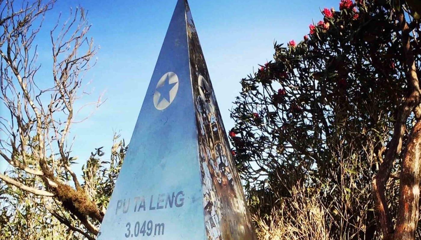 Cột mốc đỉnh Pu Ta Leng với độ cao 3049m