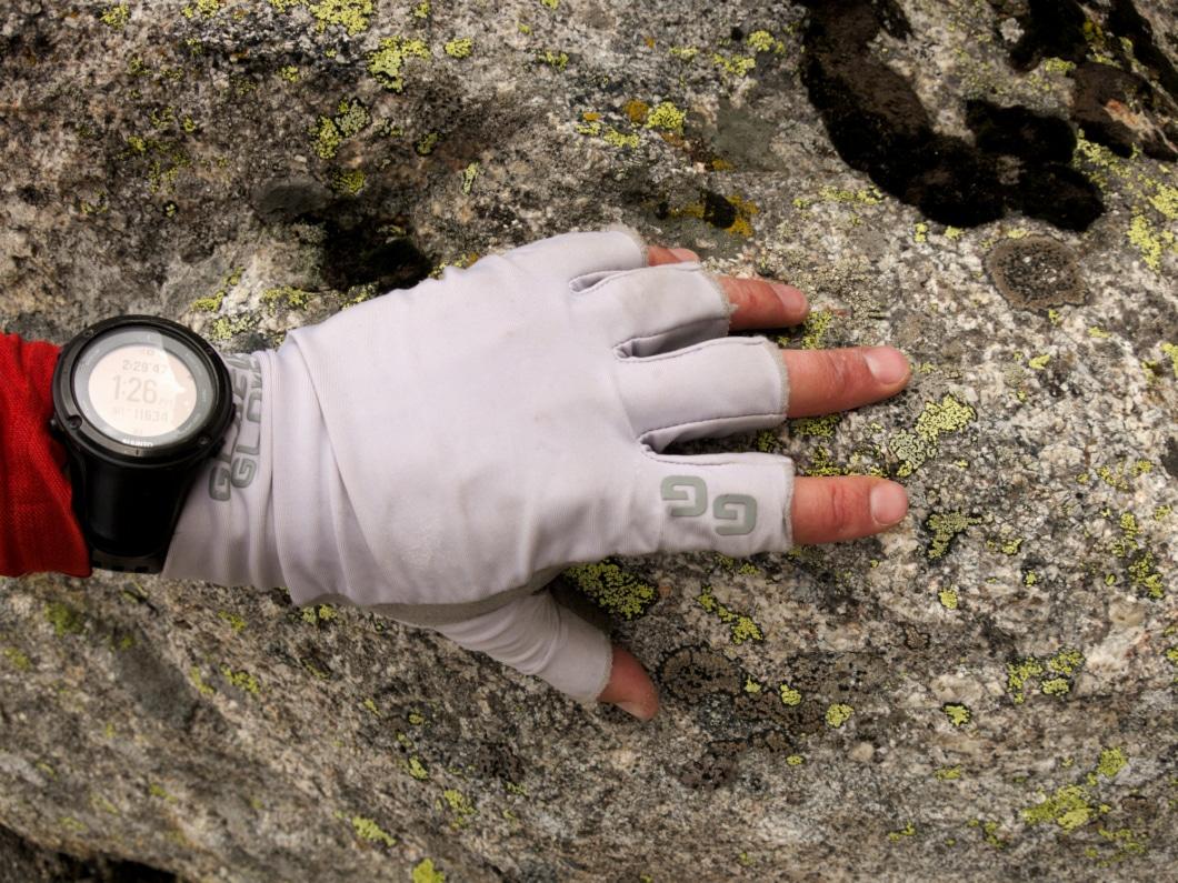 Găng tay leo núi tác dụng tăng độ bám khi leo núi, bảo vệ đôi tay