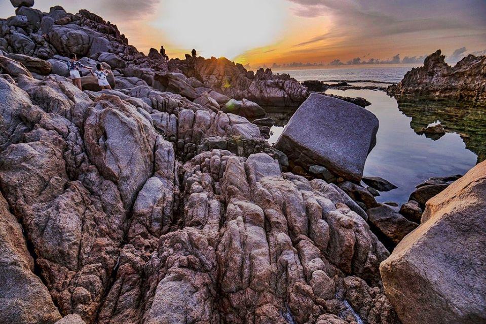 Hang Rái với những phiến đá nhiều hình dạng