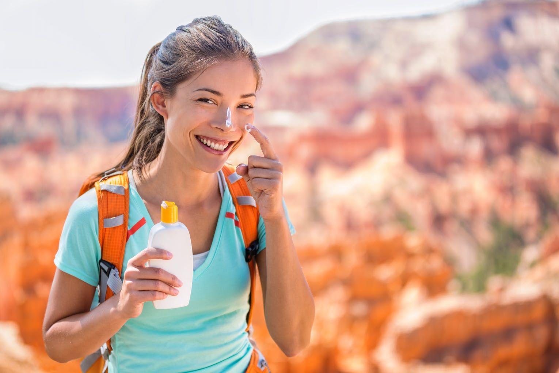 Thoa kem chống nắng khi leo núi rất cần thiết