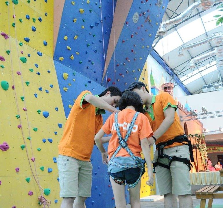 Luôn có người hướng dẫn cho các bé khi leo núi