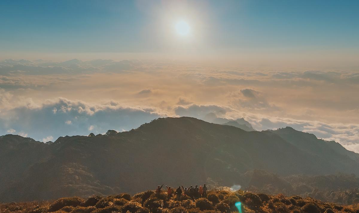 Ngắm nhìn cảnh bình minh lên trên đỉnh núi