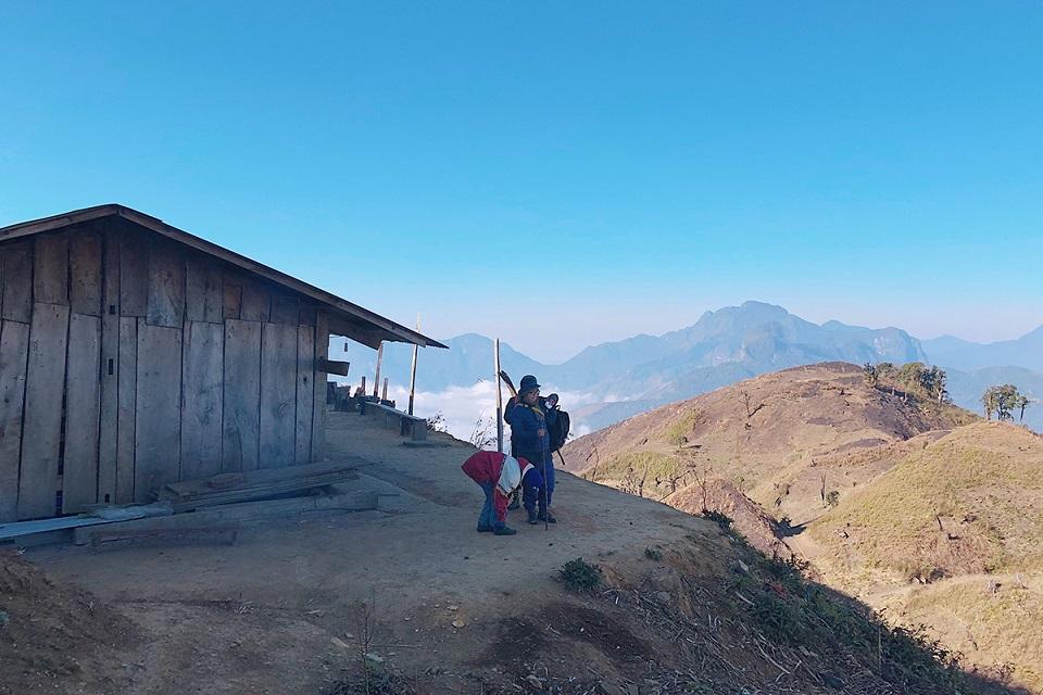 Bên ngoài lán nghỉ ở gần đỉnh núi Lảo Thẩn