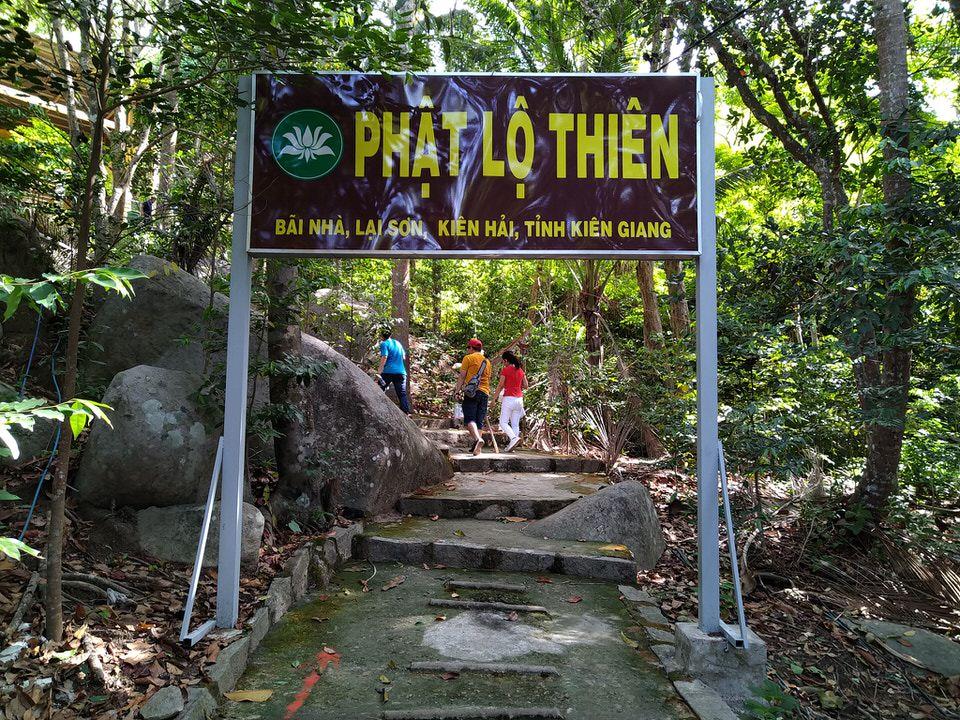 Ngôi chùa Phật Lộ Thiên trên đường đi leo núi Ma Thiên Lãnh