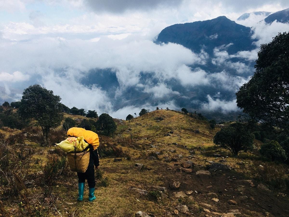 Đường đi lên đỉnh núi Nhìu Cồ San
