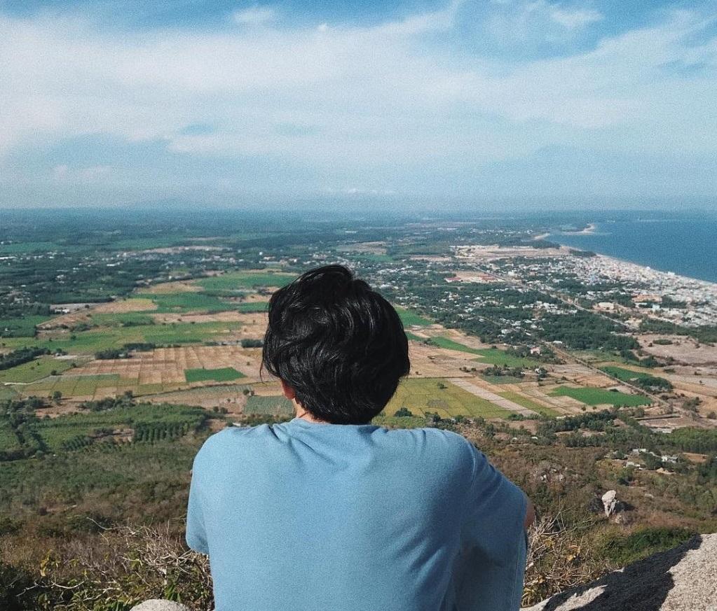 Từ trên đỉnh ngắm nhìn cảnh đồng ruộng lúa chín