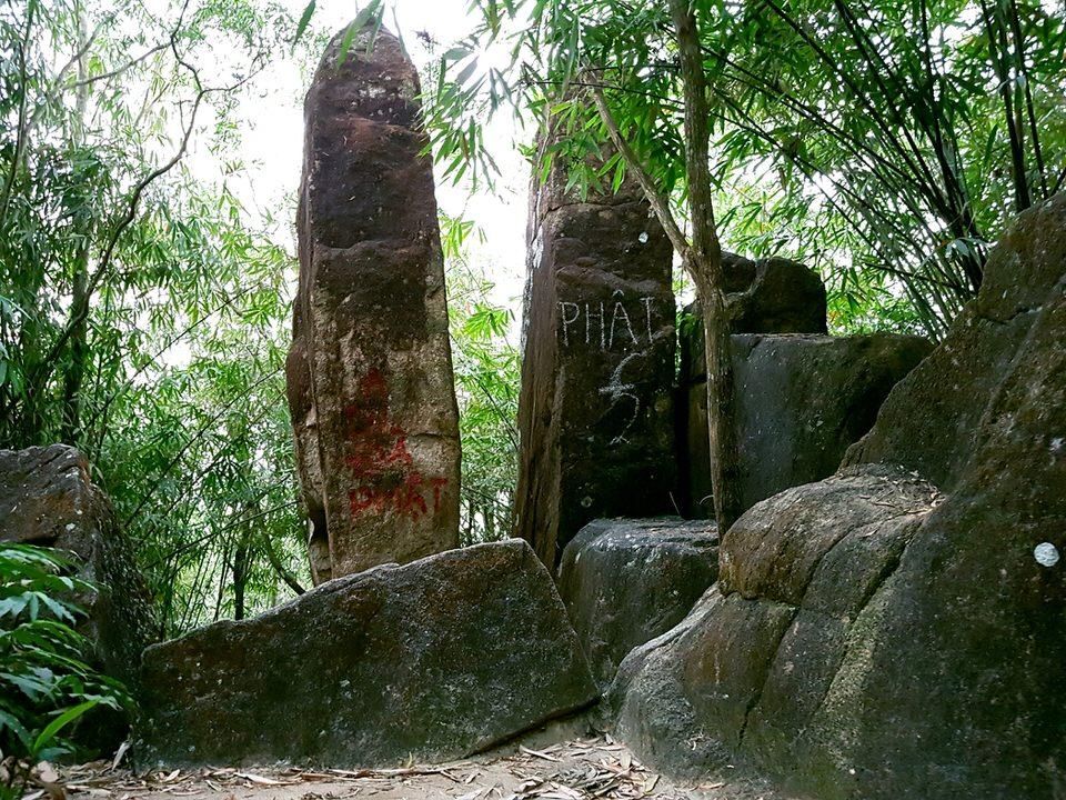 Cổng trời gồm 2 tảng đá lớn ghép thành hình chữ V