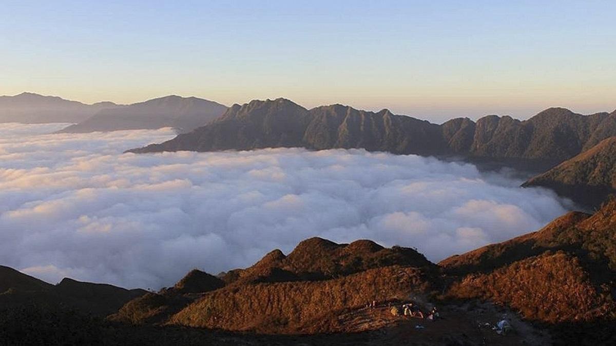 Mây trôi bồng bềnh trên đỉnh Tà Chì Nhù