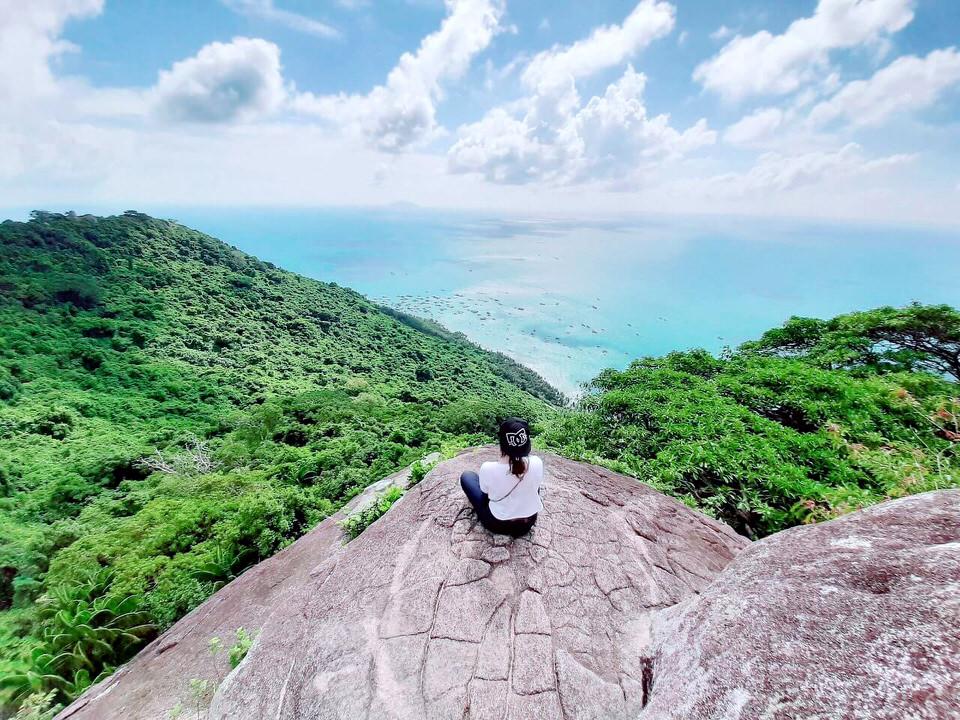 Từ Sân Hiên có thể nhìn bao quát ra khung cảnh biển cả xung quanh