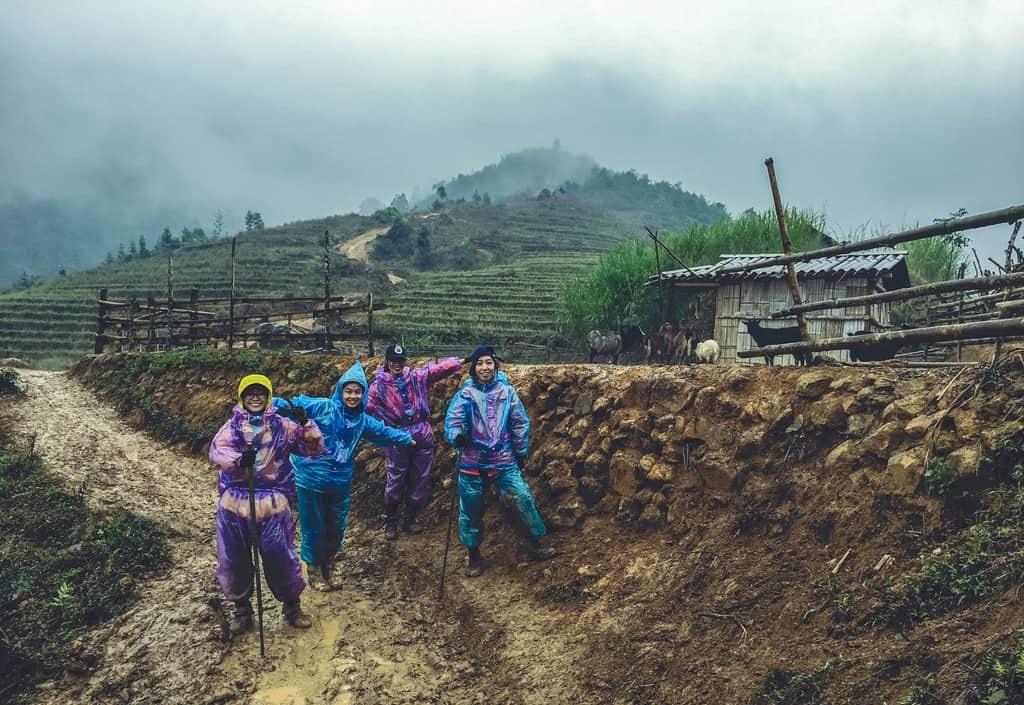 Có những đoạn đường trơn trượt bạn sẽ phải chuẩn bị áo mưa và gậy leo núi