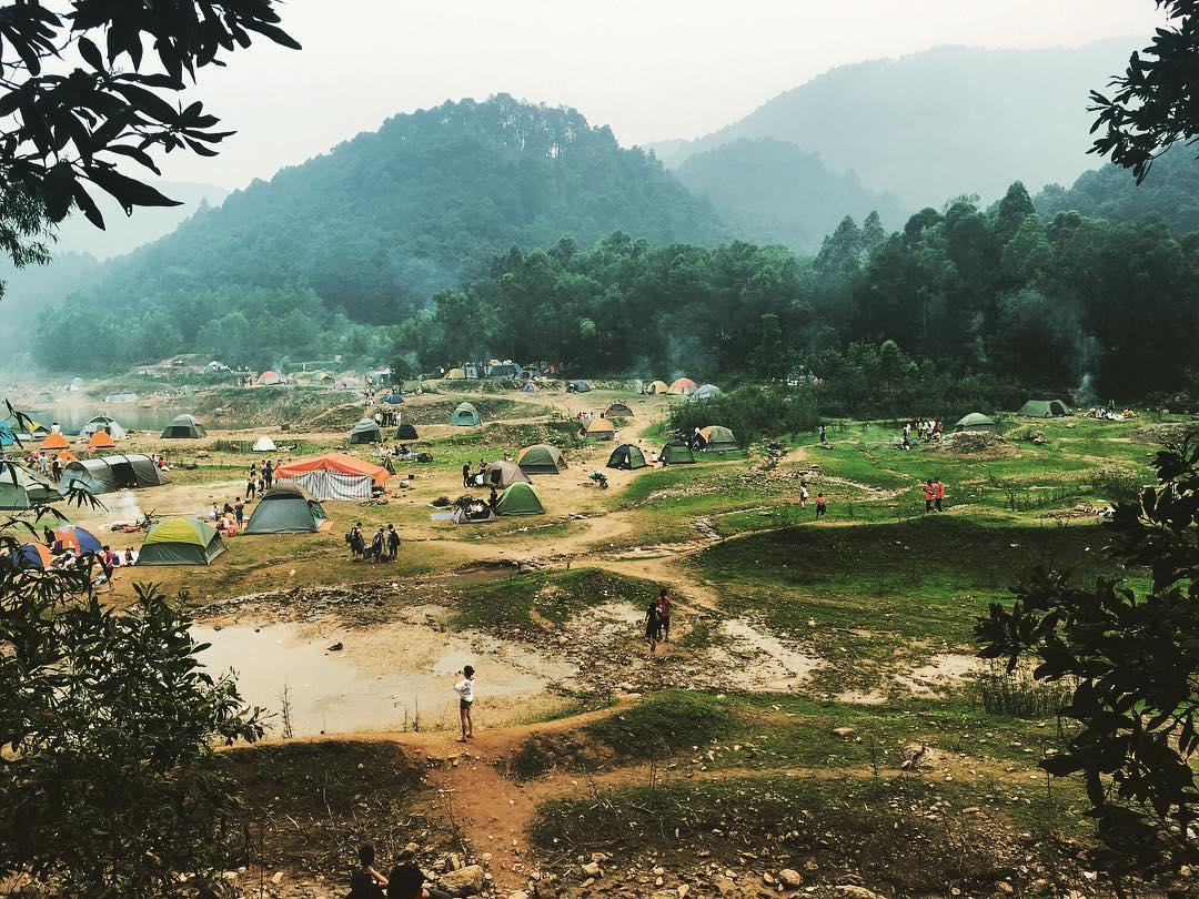 Rất đông người lựa chọn cắm trại ở Hàm Lợn