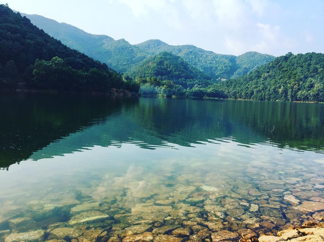 Hồ Suối Bàu trong xanh và vô cùng bình yên