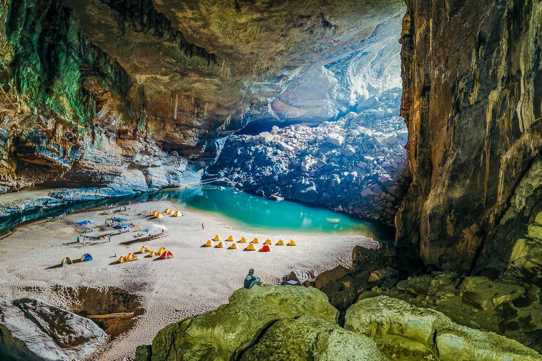 Tổ chức cắm trại ở bên trong hang động