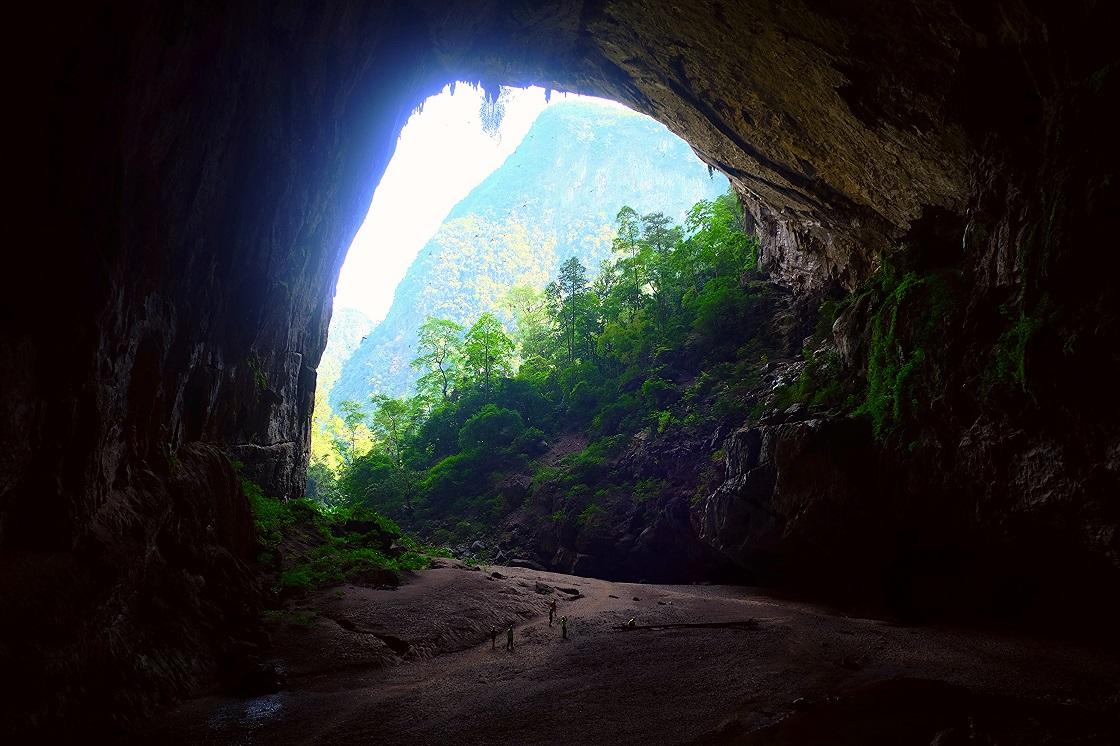 Cánh cửa dẫn vào bên trong hang