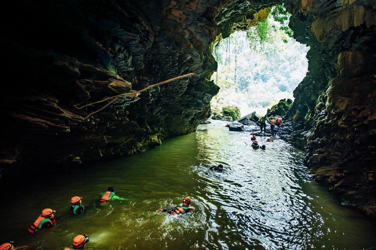 Bơi lội trong các hang động ướt
