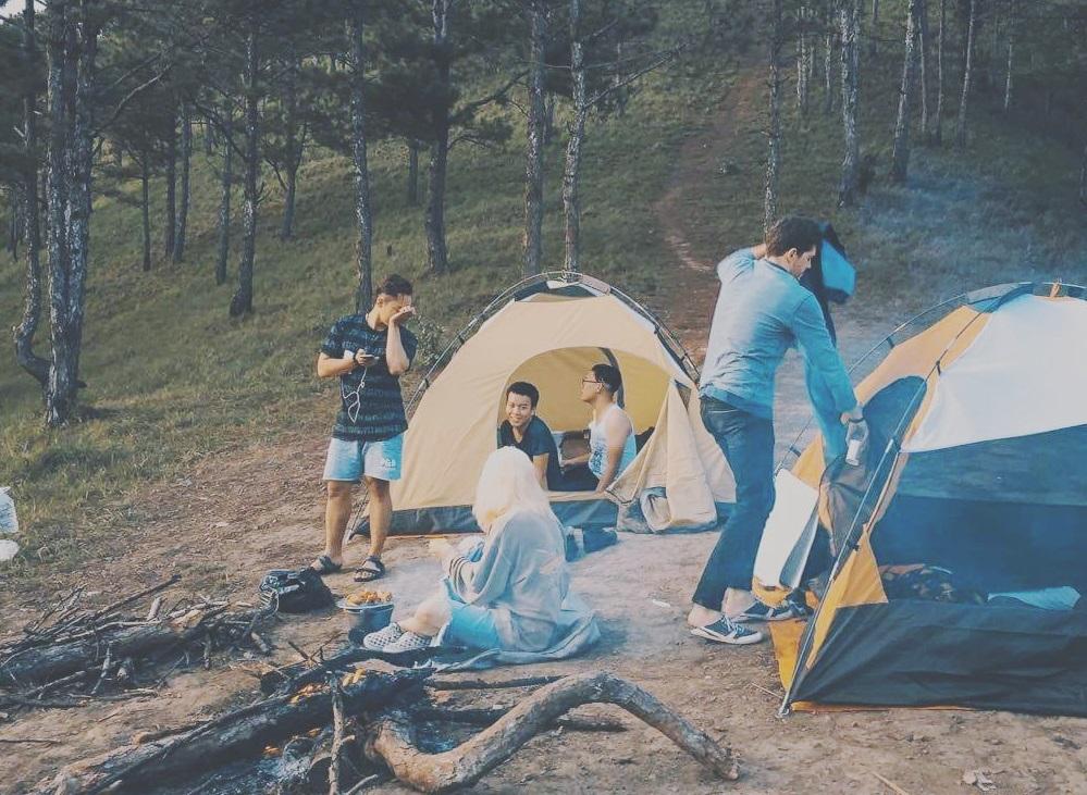 Dựng lều trại cùng bạn bè