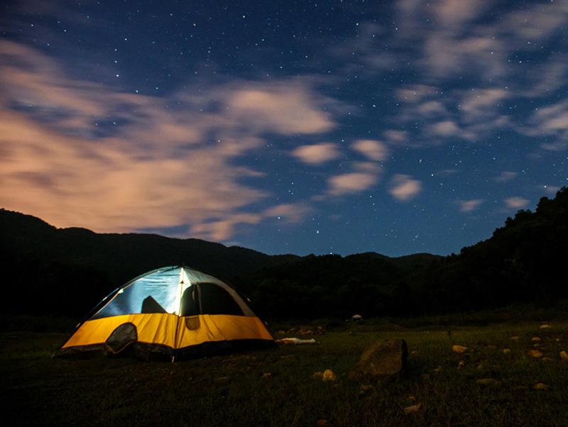 Tổ chức cắm trại qua đêm ở bênHồ suối Bàu