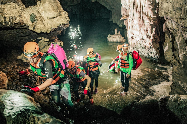 Lội nước kết hợp với trekking bên trong Hang Ken