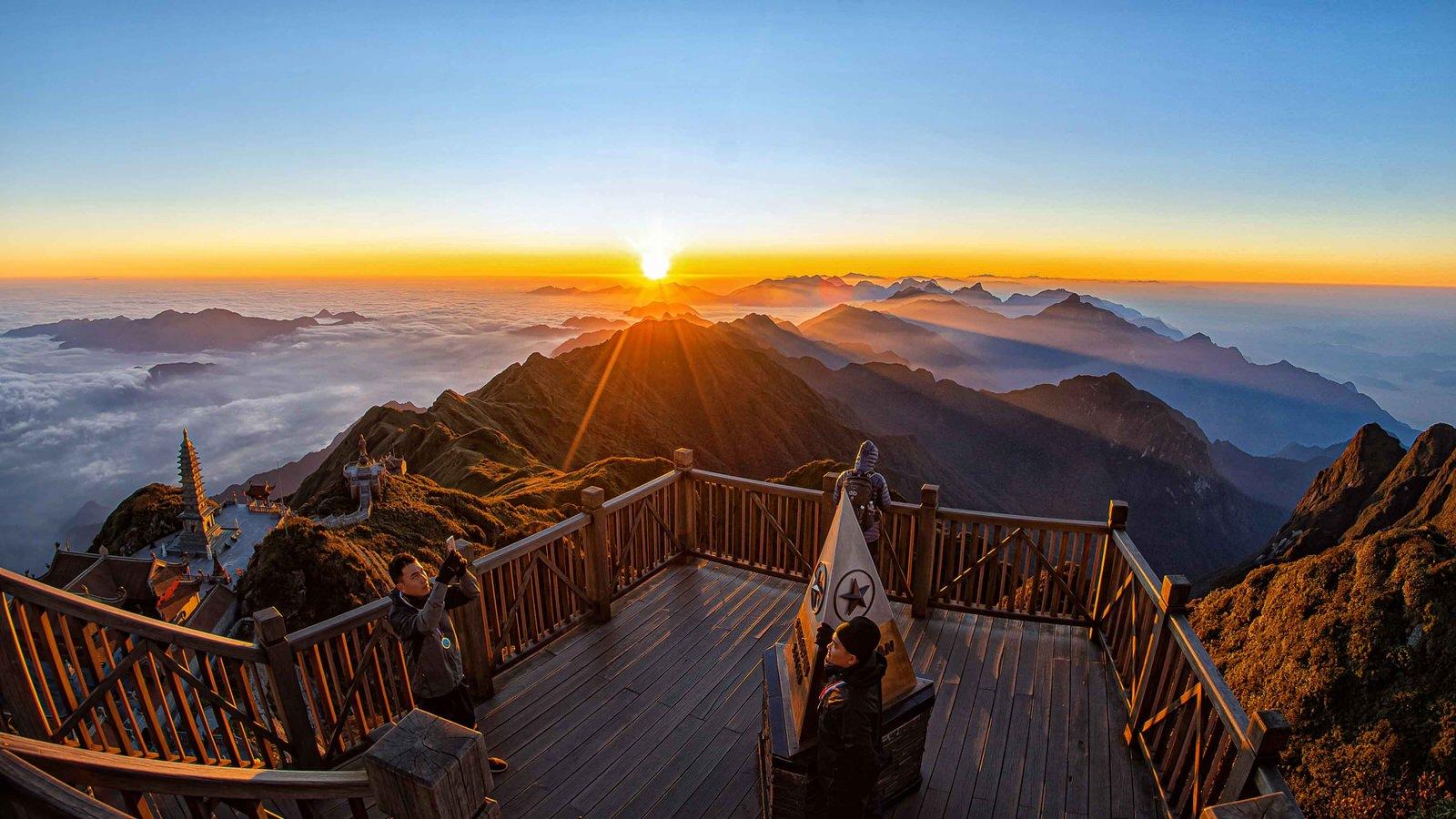Cột mốc đỉnh núi Fansipan - ngọn núi cao nhất Việt Nam