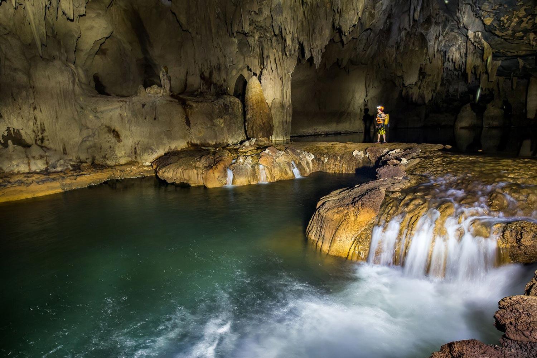 Những phiến đá nhũ trong hang động ướt