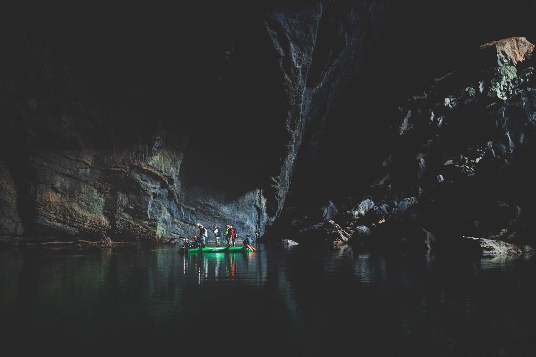 Di chuyển bằng bè trong hang Én