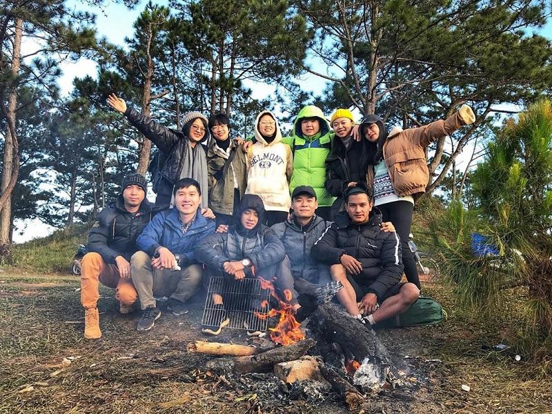 Nên đi cắm trại cùng đông thành viên